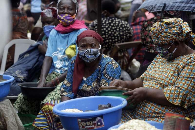 奈及利亞的武漢肺炎疫情嚴峻,第一大城拉各斯的食物小販都戴著口罩(美聯社)