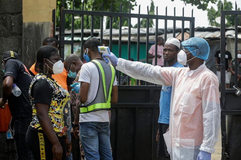 奈及利亞的武漢肺炎疫情嚴峻,第一大城拉各斯的醫護人員為篩檢民眾量體溫(美聯社)