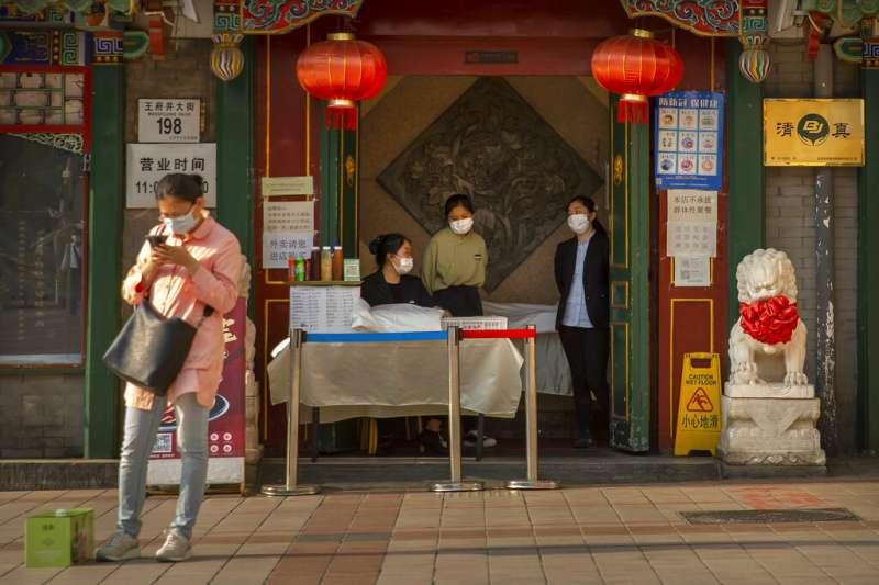 北京王府井大街一間餐館的門口。(美聯社)