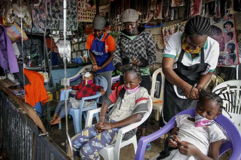 女孩頭上豎起尖刺的髮型,被認為與新冠病毒的模樣有些相似,近日再度於肯亞及非洲東部掀起流行。(AP)