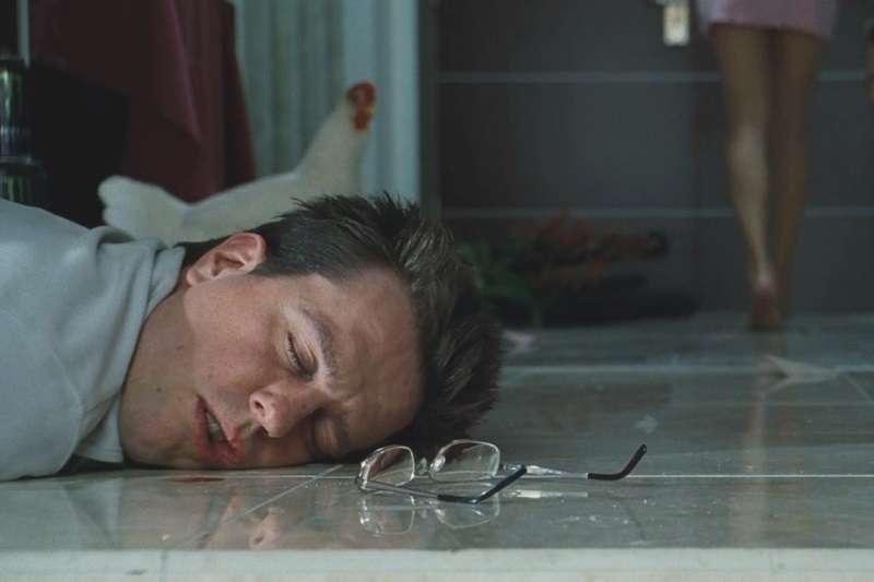喝太醉的下場,就會像電影《醉後大丈夫》一樣,隔天醒來完全不知道自己做過什麼事。(圖/imdb)