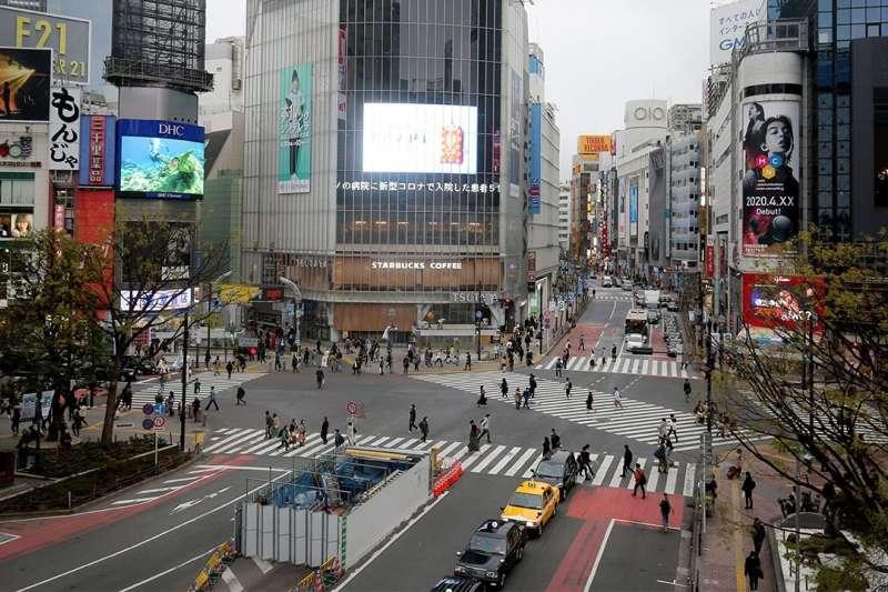 日本政府呼籲自我約束減少外出,澀谷全向十字路口也一改往日的喧囂景象,空蕩冷清。(圖片取自nippon.com)