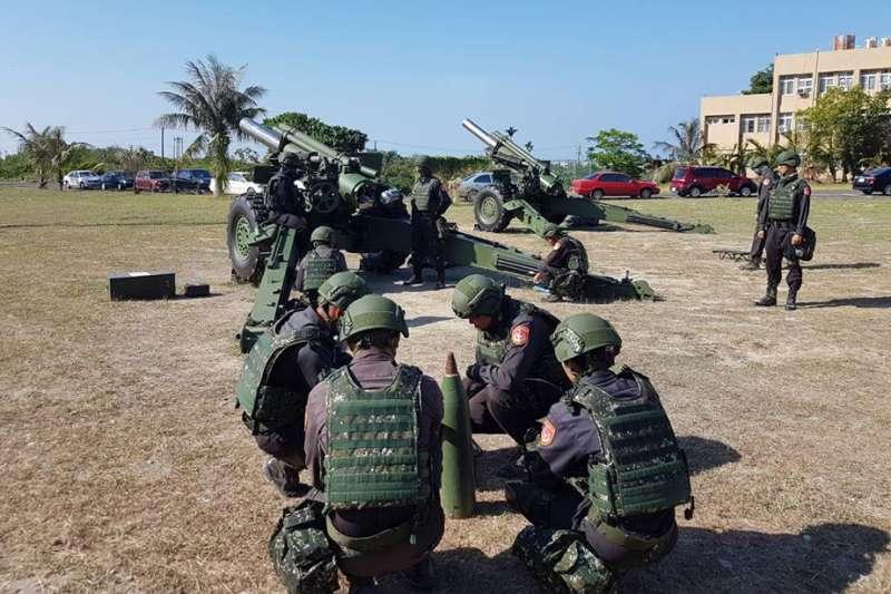海巡署官兵在屏東加祿堂演練155公厘榴炮射擊程序。(取自海巡署東南沙分署臉書)