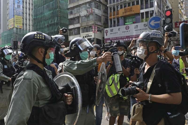 2020年5月1日,香港警方以胡椒噴劑威脅一位記者(左)(AP)
