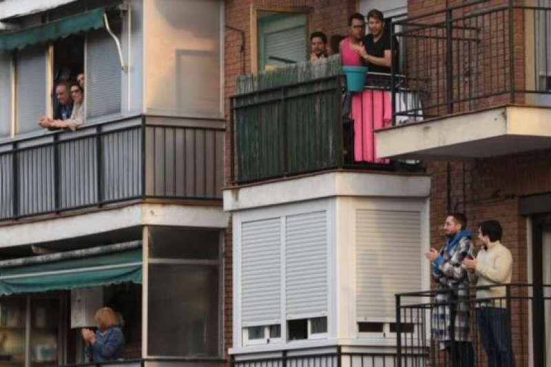 新冠肺炎疫情期間,西班牙民眾站在公寓陽台。(BBC中文網/Getty Images)