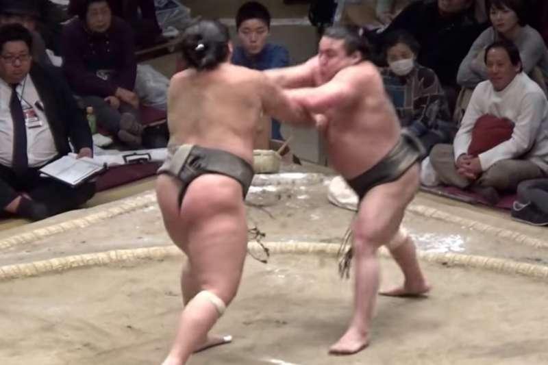 日本相撲力士勝武士幹士(右)傳出因為感染新冠病毒病逝。(翻攝Youtube)