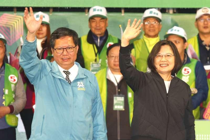 桃園市長鄭文燦(左)日前受訪時脫口承認「有想當總統」。總統蔡英文(右)16日出席中常會時虧鄭「也會有講錯話的時候」。(資料照,郭晉瑋攝)