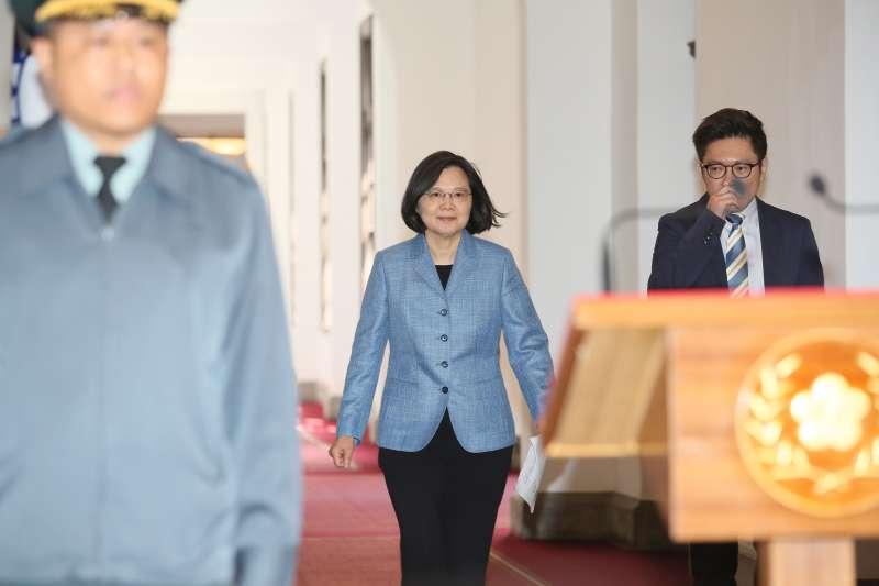 總統蔡英文(中)在2019年連任競選時期曾宣布「大南方,大發展」發展計畫,表示將針對南台灣聚落等4個重點,提供租稅優惠與投資抵減。(資料照,柯承惠攝)