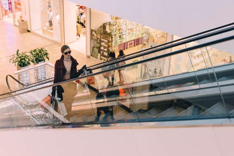 究竟收入多高或擁有多少存款的人,購買奢侈品才是合理呢?(示意圖/ freestocks@upsplash)