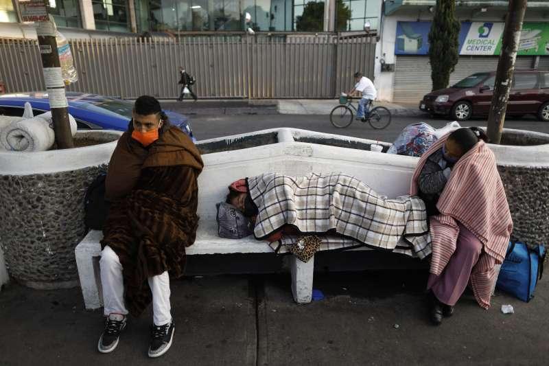 墨西哥新冠肺炎疫情加劇,5月12日單日死亡人數破紀錄,圖為新冠肺炎感染者的家屬在醫院外等待親人。(AP)