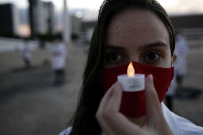 巴西醫護人員抗議政府防疫不力,世界護師節走上街頭。巴西新冠肺炎確診案例是全球第七高。(AP)