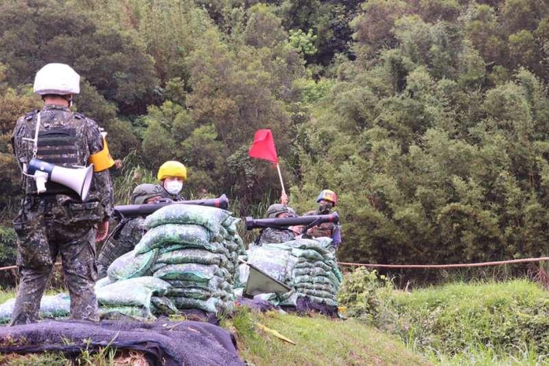 憲兵202指揮部12日實施反裝甲火箭、40公厘榴彈機槍實彈射擊。(取自中華民國憲兵臉書)