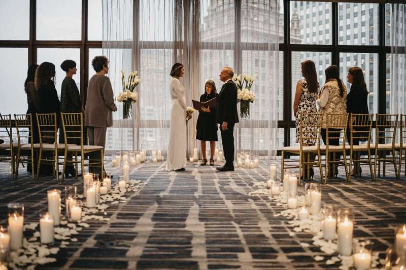 新冠肺炎疫情期間,只邀請至親密友的「微型婚禮」開始成為美國新人的熱門選擇。(AP)