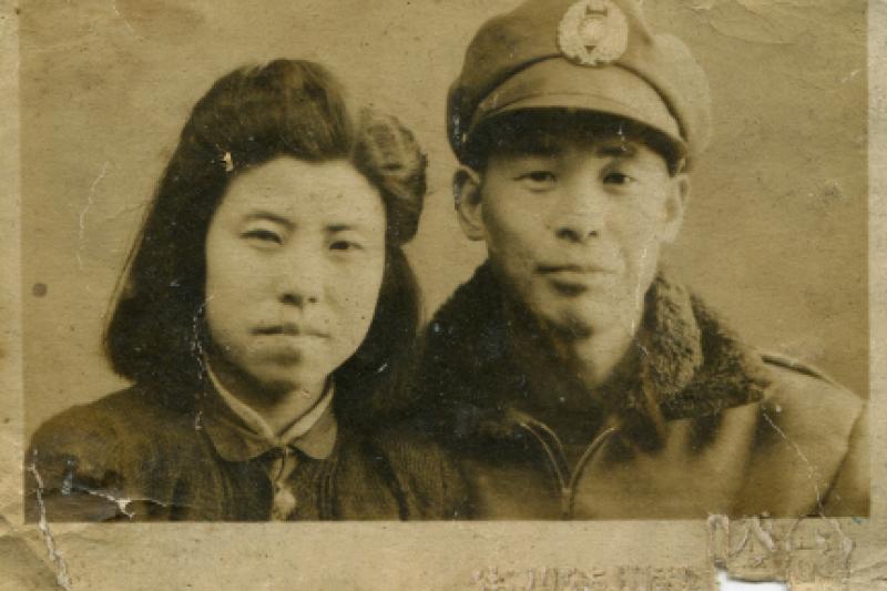 曾追隨張自忠將軍的黃埔老英雄馬增福,身穿軍裝與妻子合影。(照片提供:馬增福)