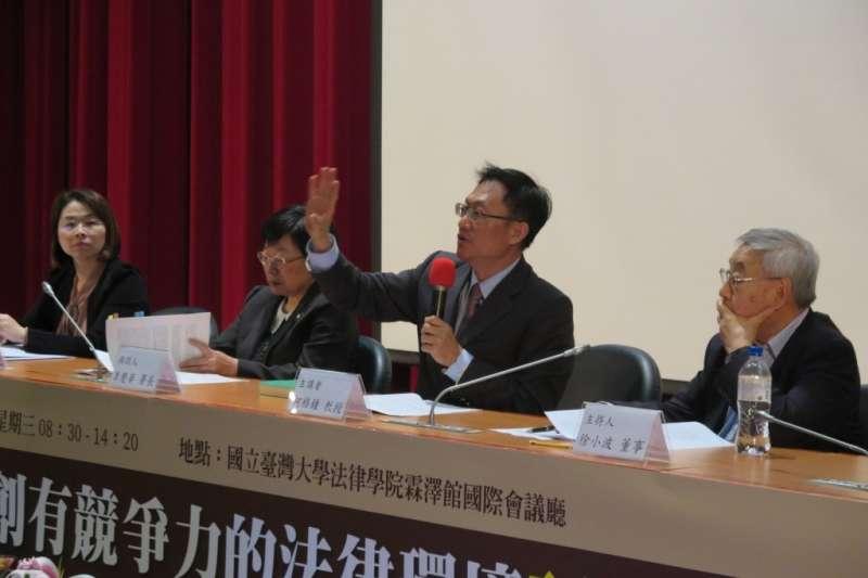 20200514-台大法學院教授柯格鐘(右二)。(取自台大法學基金會網站)