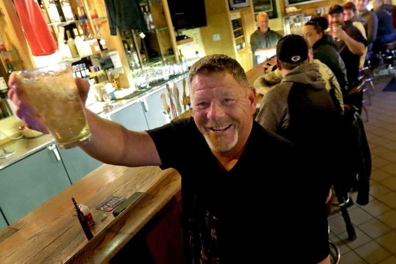 美國威斯康辛州最高法院推翻州政府的禁足令,民眾到重新開業的酒吧慶祝(AP)