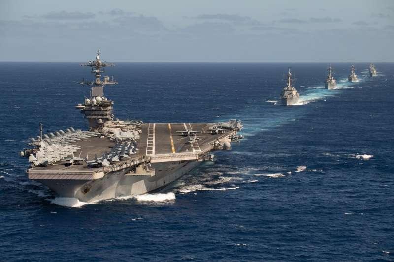 美防長艾斯培13日在推特貼文,強調美國海軍強大。但他貼的照片卻是目前仍困在關島軍港的染疫航母羅斯福號。(翻攝艾斯培臉書)