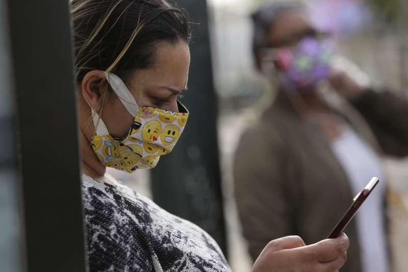 當用戶配戴口罩時,可在配備Face ID的裝置上簡化解鎖程序。(AP)