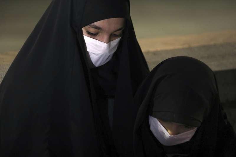 歐美不僅要適應戴口罩的文化,還要注意對公共安全的影響(AP)
