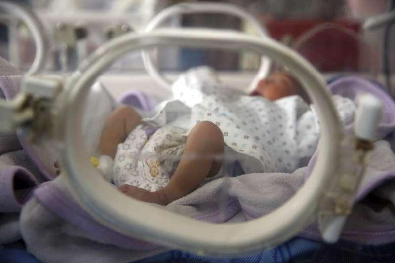 台灣少子化問題嚴峻,為搶救生育率,行政院擬將現行孕婦免費產檢補助,從10次調升到14次。示意圖。(資料照,美聯社)