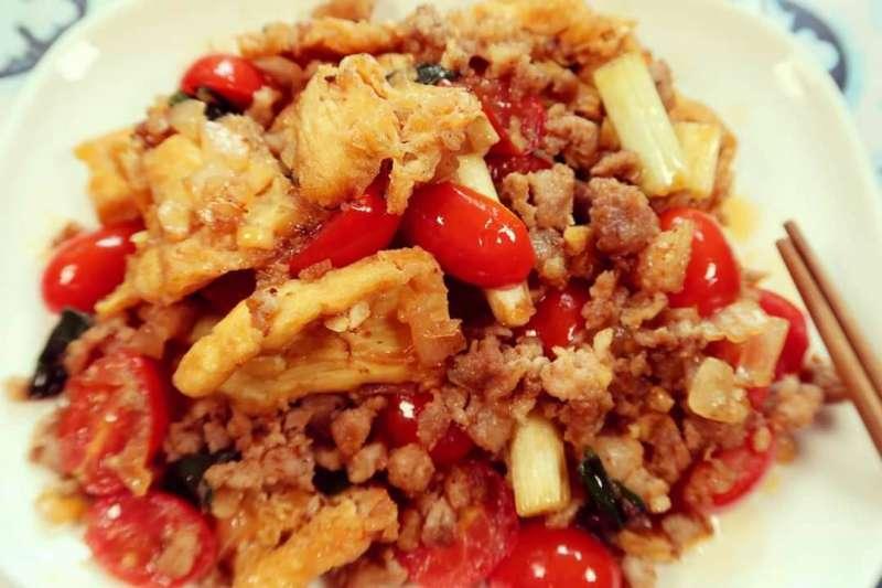 「打拋肉」這道料理漂洋過海到台灣,有了新的樣貌。此道菜非正式打拋肉,以豆腐、蔥、蕃茄、豬肉末、蕃茄醬、醬油膏、蒜頭等調味(圖/劉明芳提供)