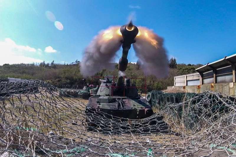 陸戰66旅砲兵營正在進行「重砲保養射擊」。(取自中華民國海軍臉書)
