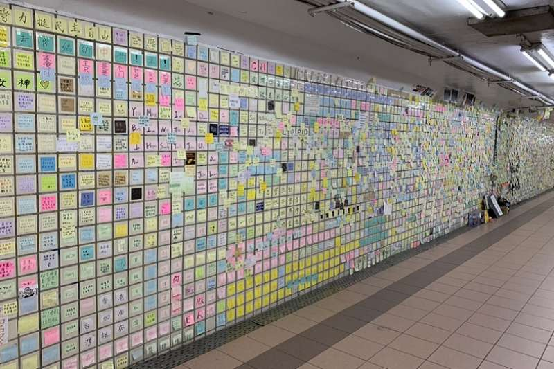 台中市美村地下道連儂牆,讓持正反面意見的人當然都有表達的權利。(作者提供)