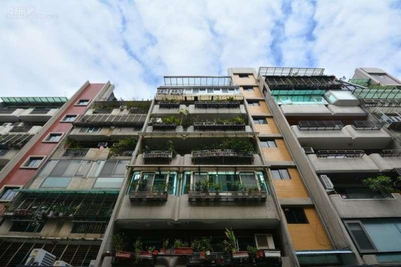 相較於公寓有土地持分的問題,透天住戶每一戶能分回的比例更高,成為誘使改建的誘因。(示意圖,好房網提供)