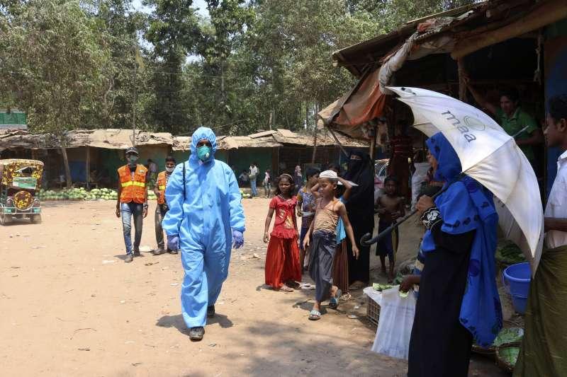 孟加拉科克斯巴札爾難民營出現首起新冠肺炎確診案例,該營區為世界最大難民營,衛生環境堪憂。圖為衛生人員巡視營區。(AP)