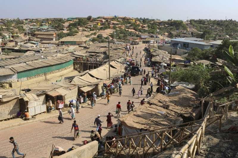 孟加拉科克斯巴札爾難民營出現首起新冠肺炎確診案例,該營區環境擁擠不堪,人道組織擔憂大量人口染疫死亡。(AP)