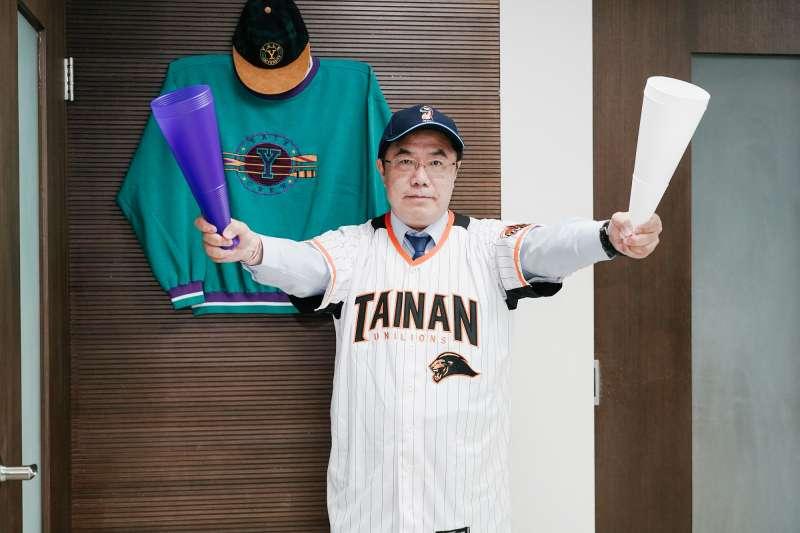 中華職棒日前也宣布每場比賽可開放2000位球迷入場觀賽,今(15)日起有接連兩個系列賽都在台南球場開打,台南市長黃偉哲也穿上以台南市為主場的「統一獅」隊球衣,號召市民一同進場。(台南市政府)