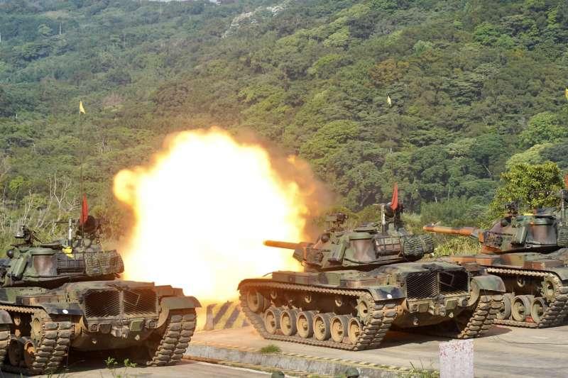 CM-11戰車於陣地內執行實彈射擊,畫面相當震撼。(資料照,取自中華民國陸軍臉書)