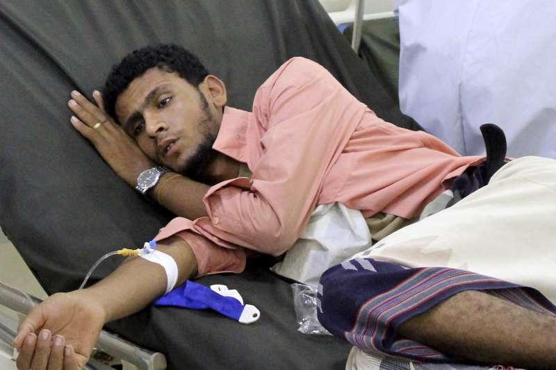 葉門亞丁,一名男性病患在醫院接受治療(美聯社)