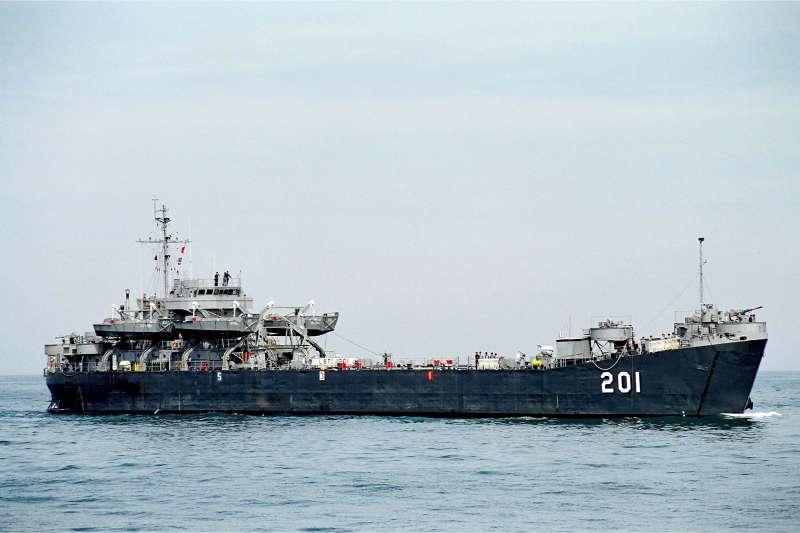 海軍中海級戰車登陸艦「中海艦」(LST-201)退役多年,現將以廢鐵標售方式處理。(資料照,取自中華民國海軍臉書)