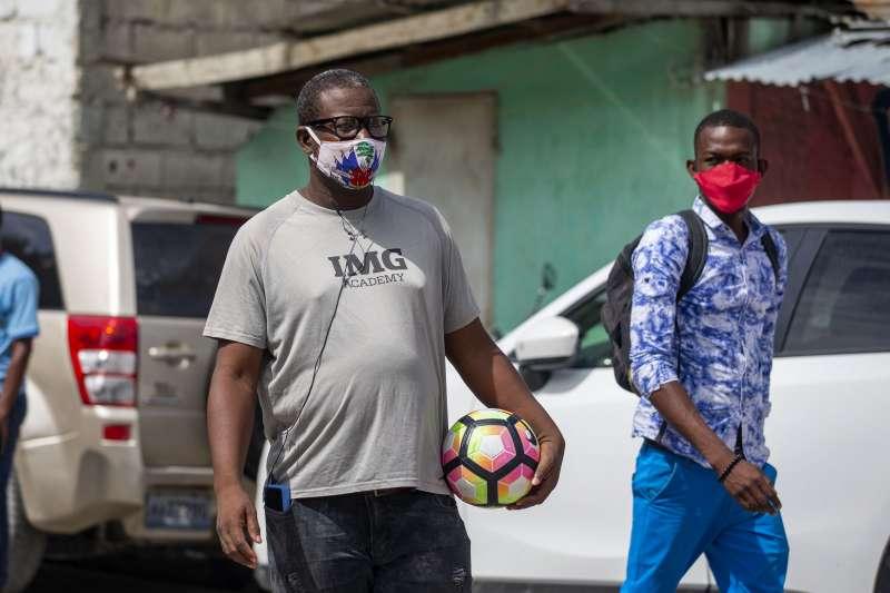 武漢肺炎:海地民眾戴口罩防疫(AP)