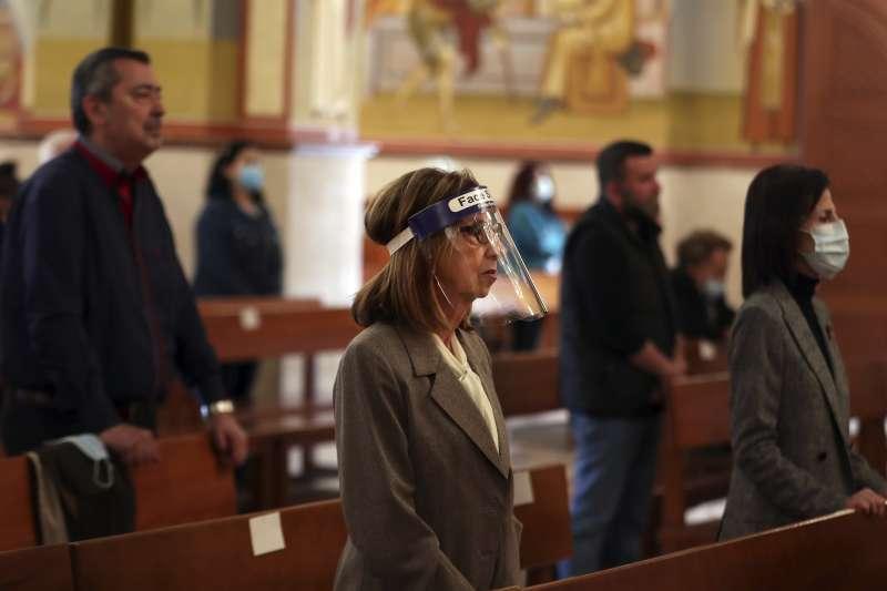 武漢肺炎:上教堂做禮拜的黎巴嫩民眾也做好防護措施(AP)
