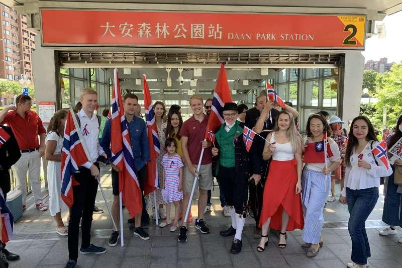 挪威國慶:台灣數位外交協會與在台挪威人舉辦遊行慶祝(台灣數位外交協會提供)