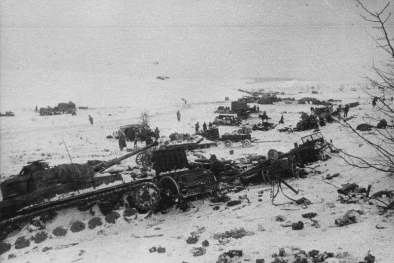 20200518-嘗試突圍失敗的德軍在雪地上留下被毀裝備。(取自Wikimedia Commons)