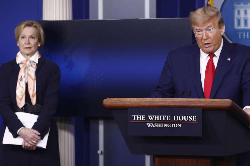 美國總統川普、白宮疫情專案小組協調人柏克斯(左)(美聯社)