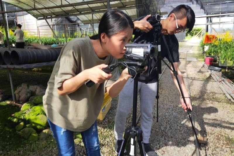 修平科大學生參與農事操作,展現五力中的服務力態度。(圖/王秀禾攝)