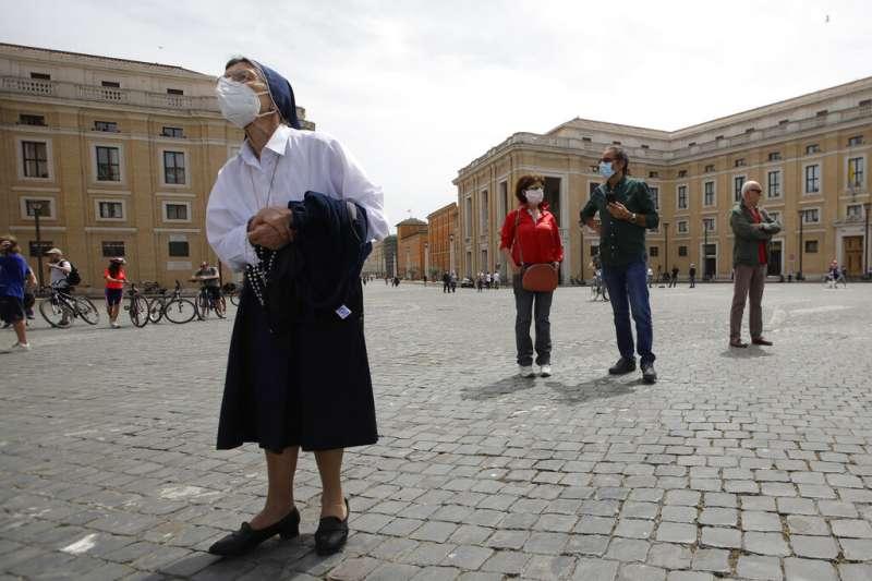 義大利不敵經濟打擊,不等疫苗即決定展開解禁。(AP)
