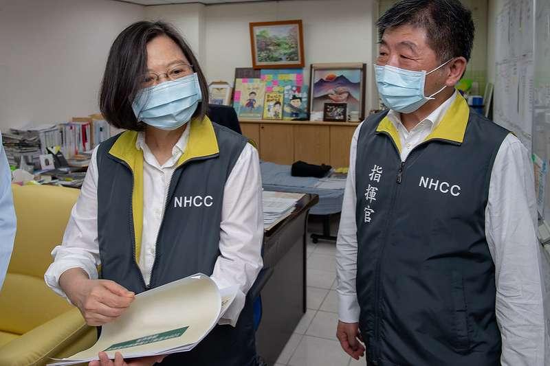 20200519-總統蔡英文(左)19日視察中央流行疫情指揮中心。(取自總統府Flickr)