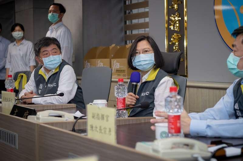 20200519-總統蔡英文(右二)19日視察中央流行疫情指揮中心。(取自總統府Flickr)