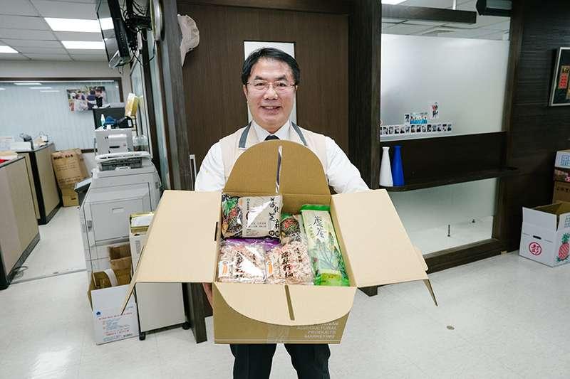 黃偉哲市長與代表農民致贈100組「台南好麵-麵麵俱到」表達對中央防疫的感謝。(圖/台南市政府提供)
