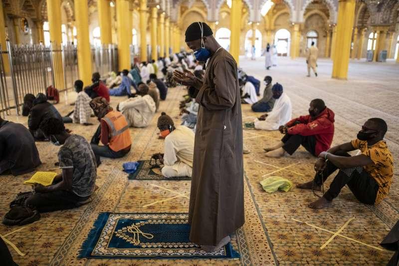 西非國家塞內加爾,民眾戴口罩上清真寺做禮拜。(美聯社)