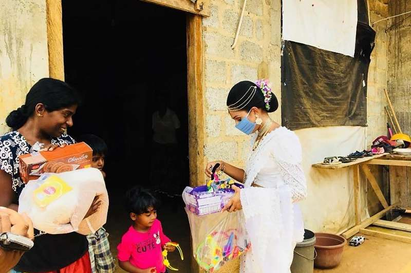 4月27日,帕瓦妮將禮物與物資送給窮苦民眾(美聯社)