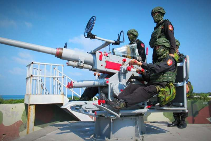 東沙島僅有海巡兵力約250人,配備120迫砲、40高砲等武器。(翻攝自海巡署東南沙分署臉書)
