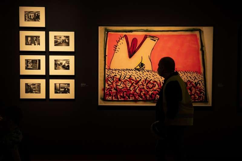 5月19日,比利時布魯塞爾美術宮,一名民眾戴著口罩參觀(美聯社)