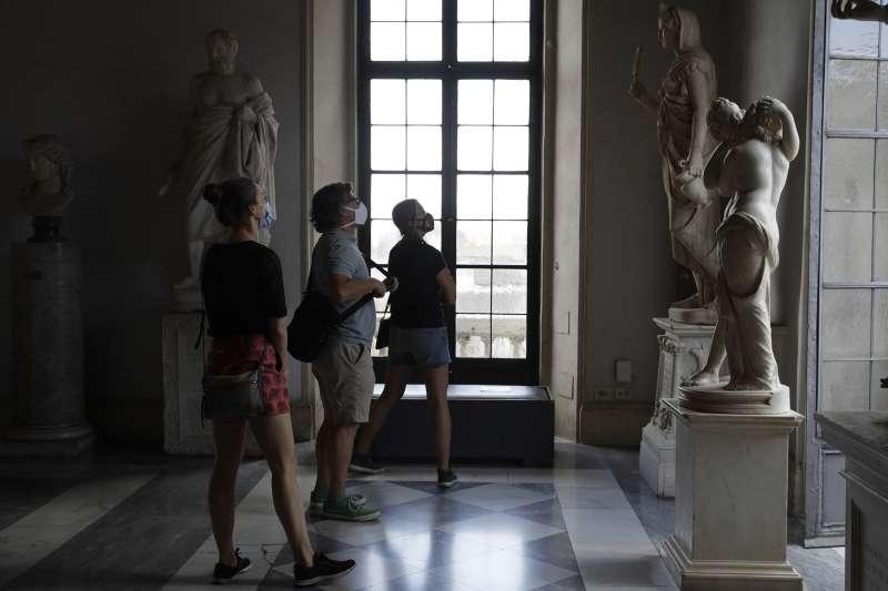 義大利羅馬卡比托利歐博物館本週重新開放,5月19日,一些民眾戴著口罩參觀(美聯社)