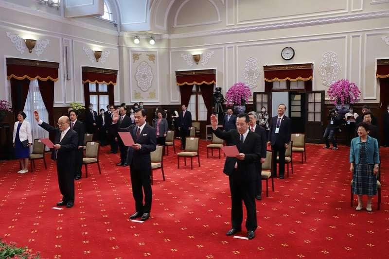 (左起)行政院長蘇貞昌、總統府秘書長蘇嘉全、國安會秘書長顧立雄20日也在總統府內宣誓就職。(總統府flickr)